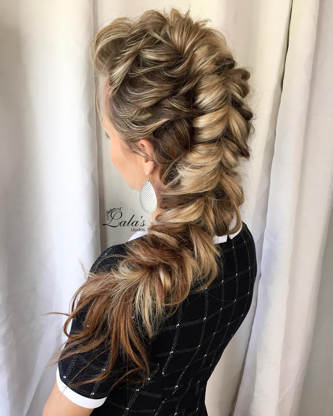 The French braid, on the contrary, is a practical version of the hairstyle for all cases of nails 8